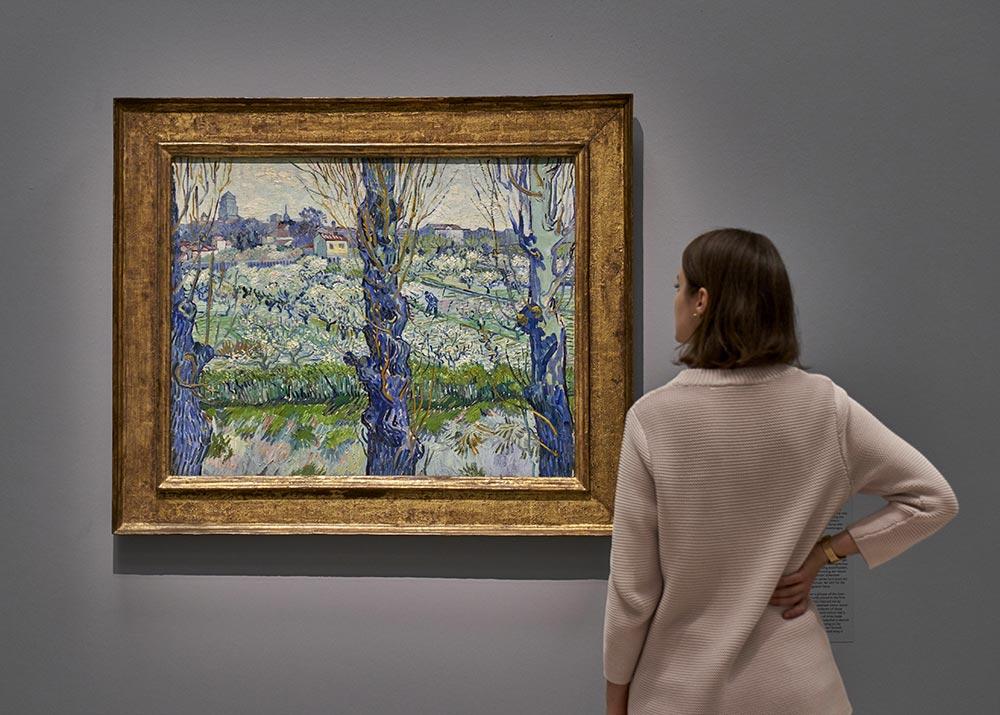 """Vor dem Gemälde """"Blick auf Arles"""" von Vincent van Gogh"""