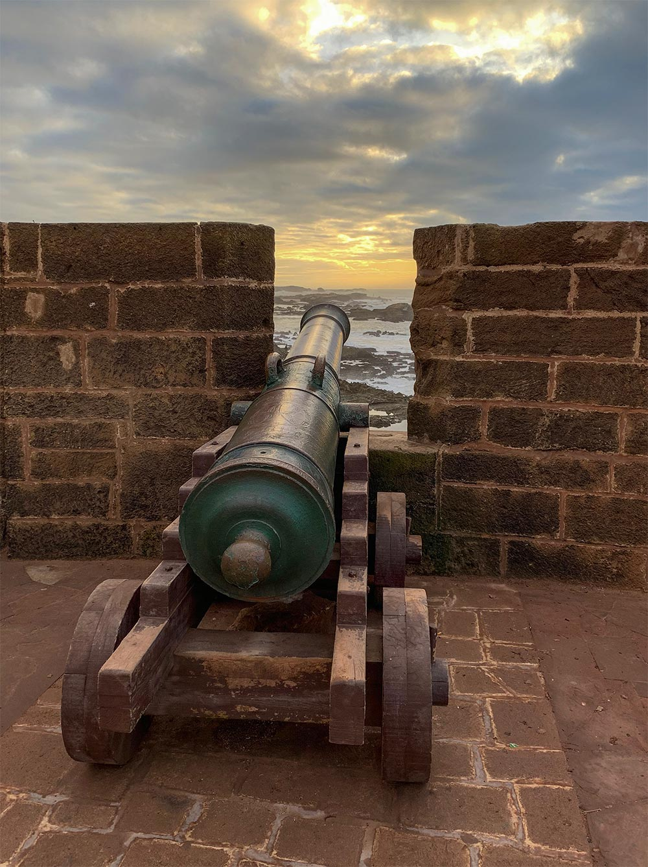 Festungsmauer bei Sonnenuntergang mit Kanone