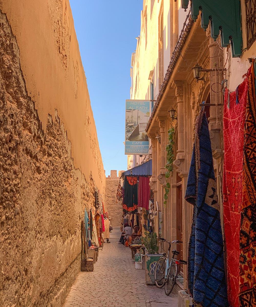 Schmale Gasse zwischen Stadtmauer und den Häusern