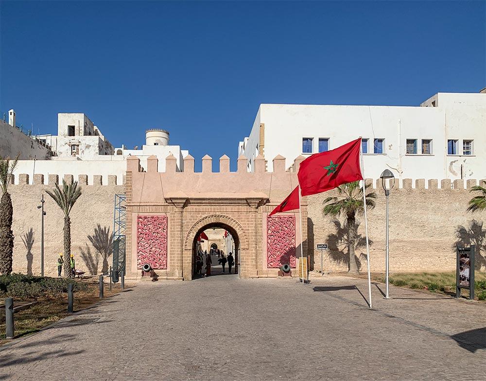 Das östliche Stadttor, rechts die marokkanische Flagge