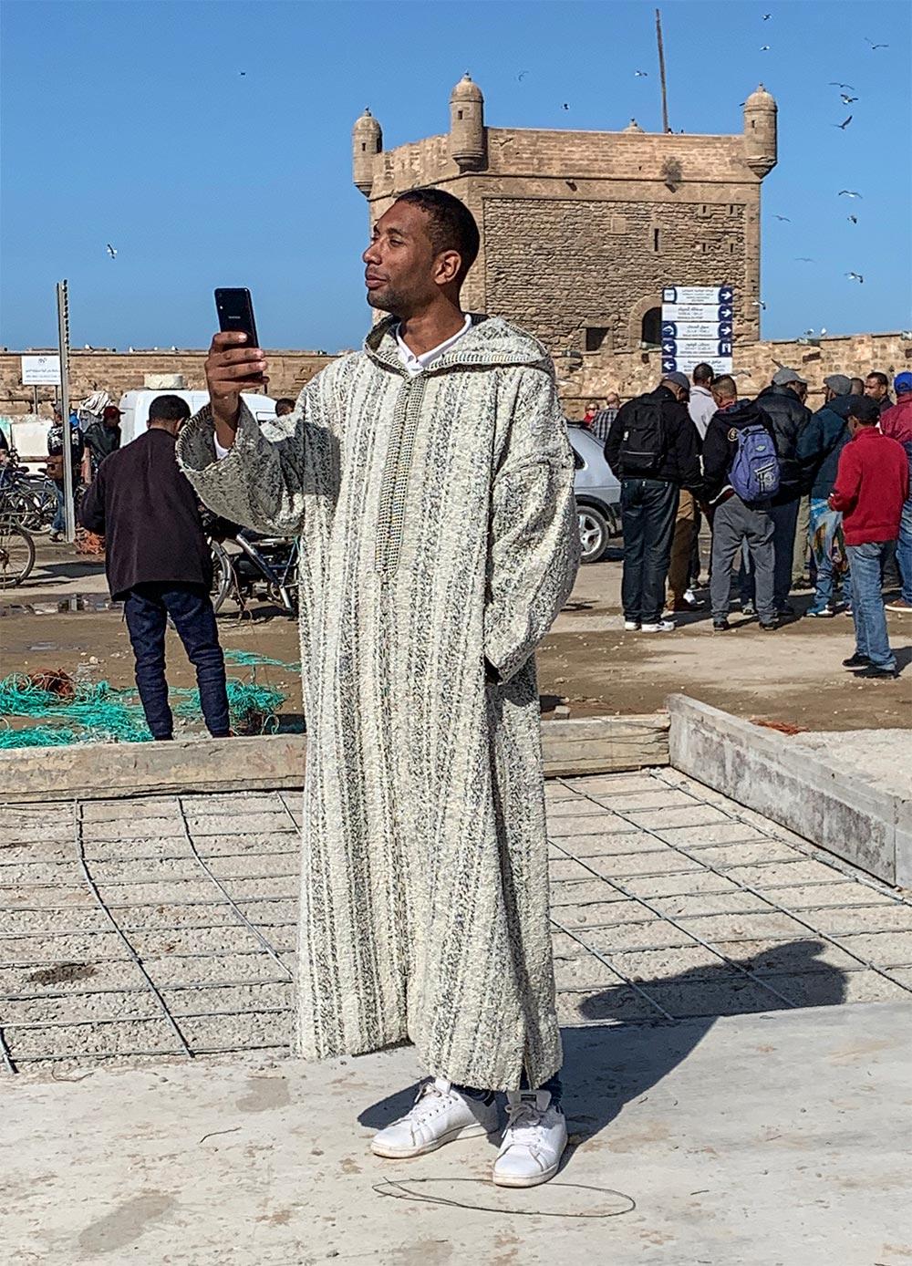 Einheimischer Tourist macht ein Selfie