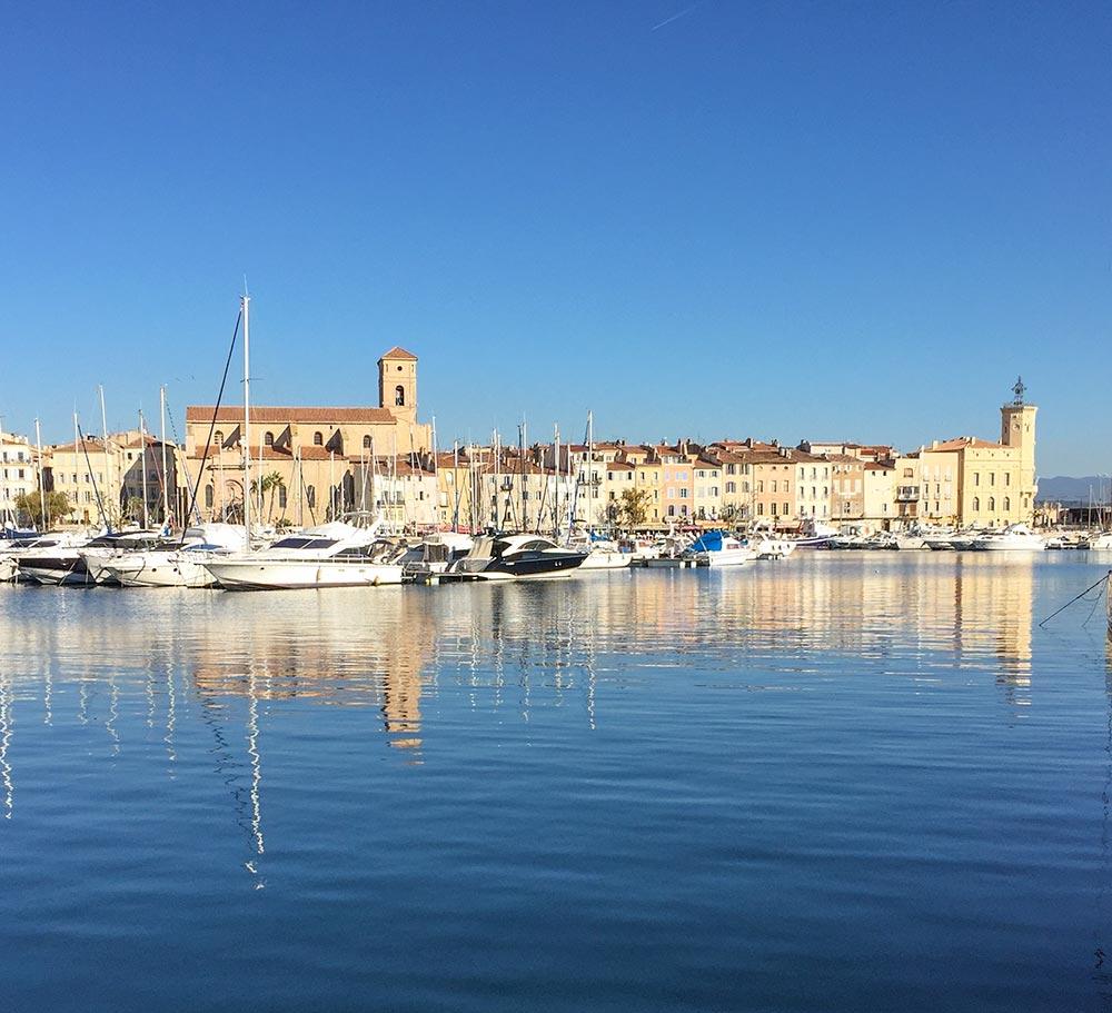 Der Hafen von La Ciotat, links die Kirche Notre-Dame, rechts außen das ehemalige Rathaus und heutige Stadtmuseum