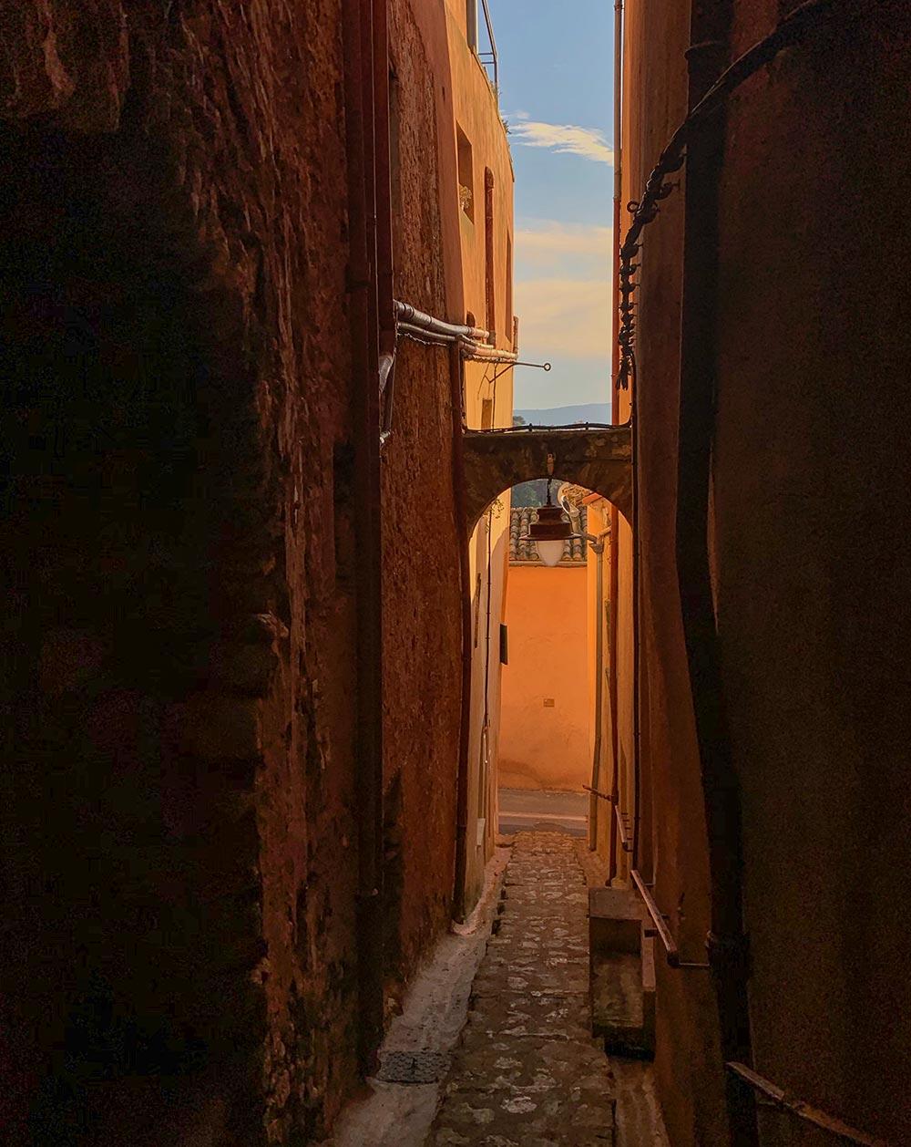 In tiefes Ockerrot getauchte schmale Gassen in Roussillon