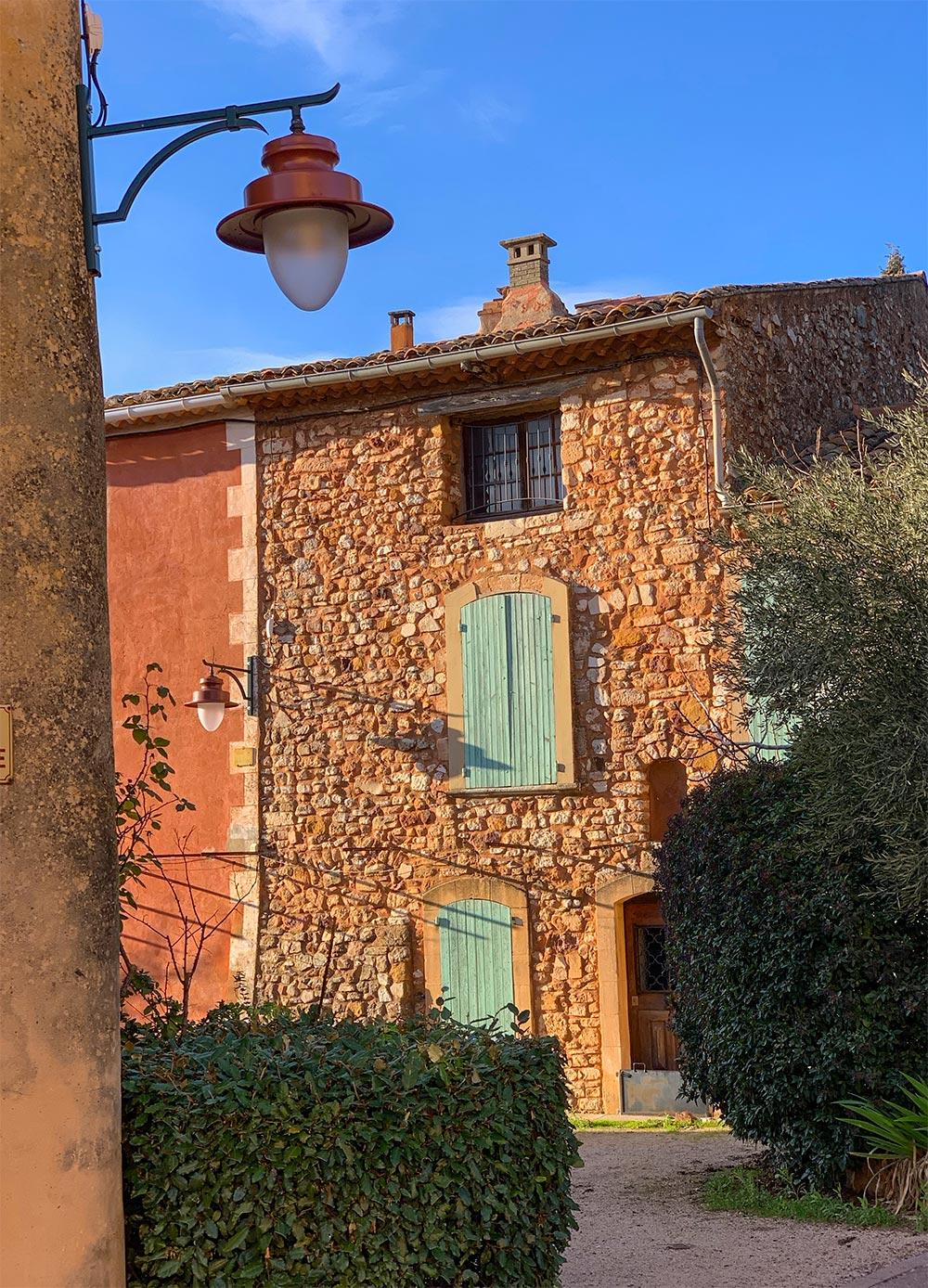 Haus aus orangerotem Naturstein in Roussillon