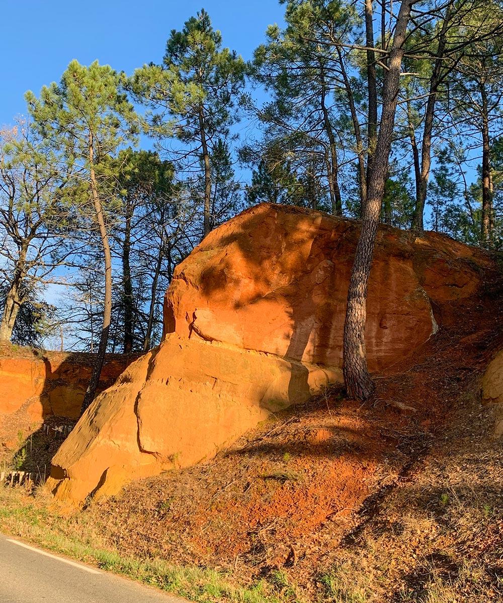 Schon bei der Anfahrt färben sich Boden und Felsen in Ockertönen