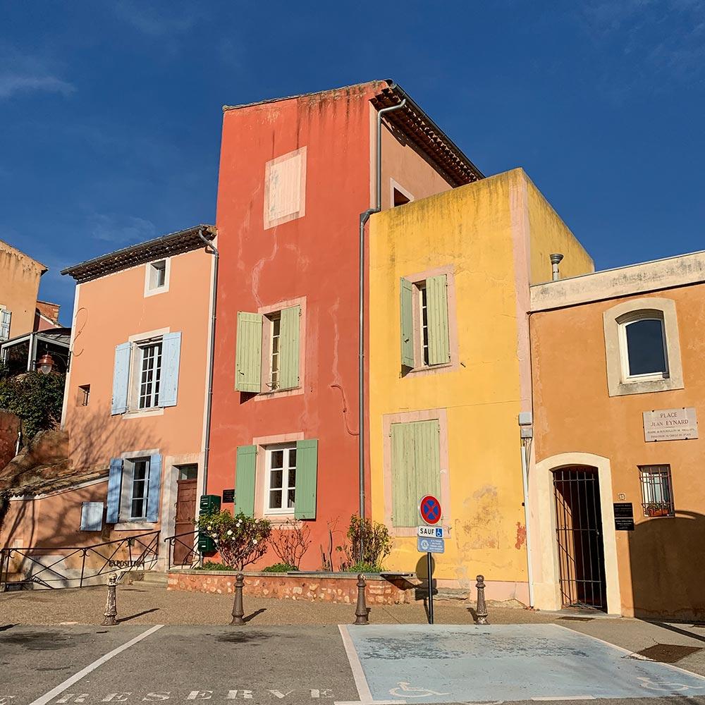 Alle Häuser erstrahlen in den unterschiedlichsten Ockertönen