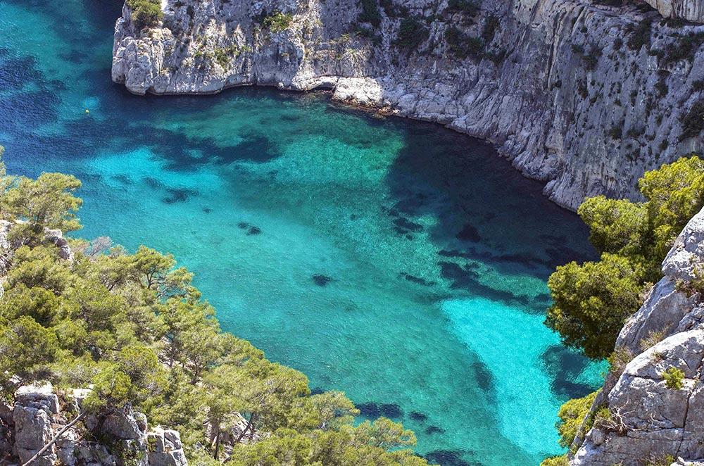 Immer wieder Ausblicke auf die schroffen Felsen und das türkisblaue Meer © Ville de Cassis E. Ruf