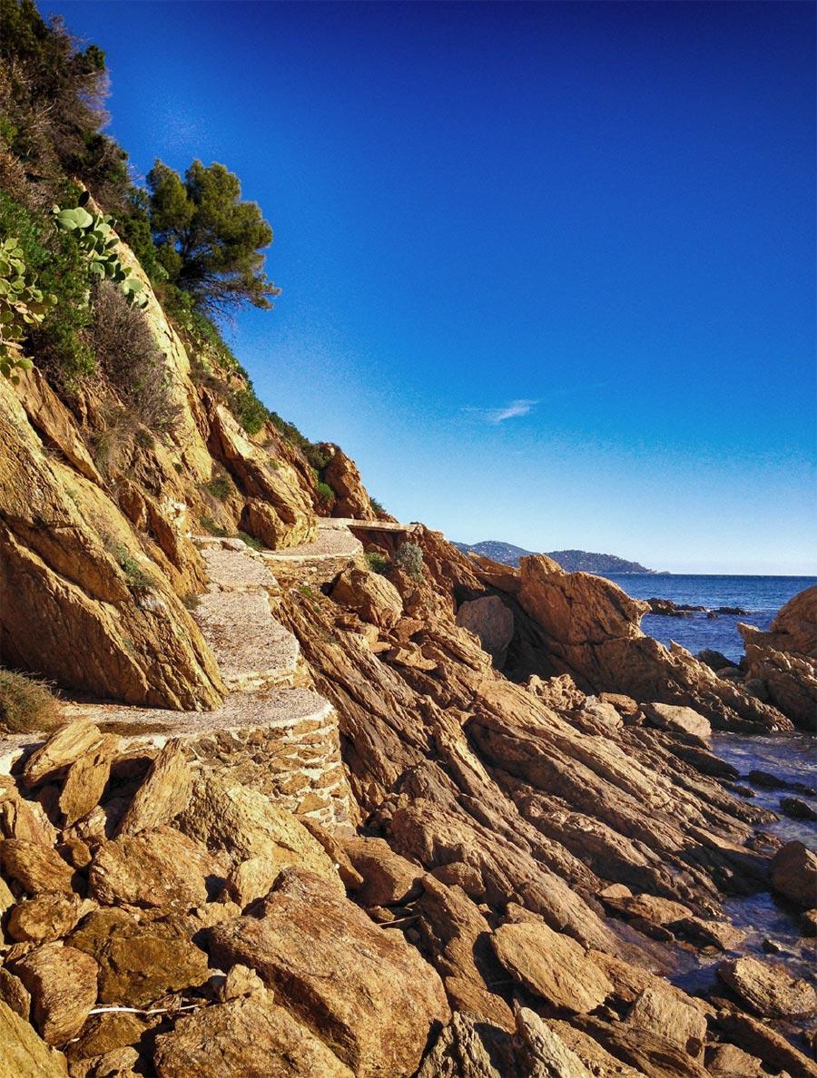 Der Küstenwanderweg direkt am Wasser