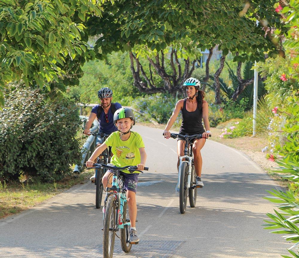 Radfahren an der Küste ohne nennenswerte Steigungen, Paar mit Kind