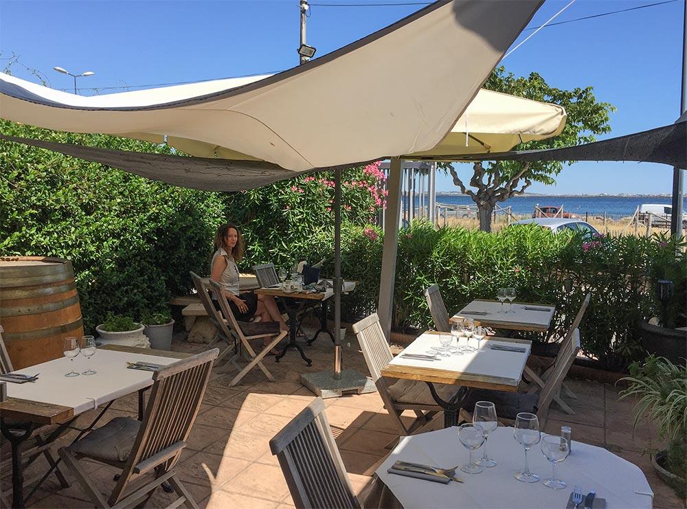 Das Restaurant L'eau sel mit Blick auf Fischernetze und den See © Siegbert Mattheis