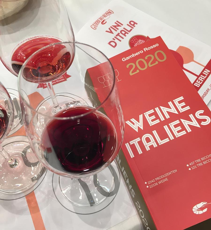 Weinglas, daneben der Gambero Rosso Weinführer