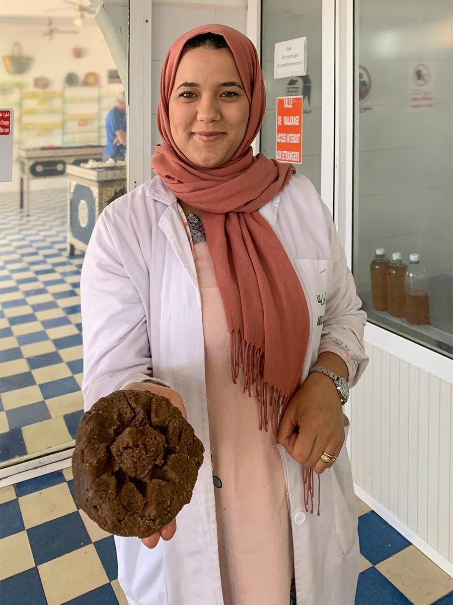 Laila mit dem Kuchenbrei, aus dem das Öl zum Schluss geknetet wird