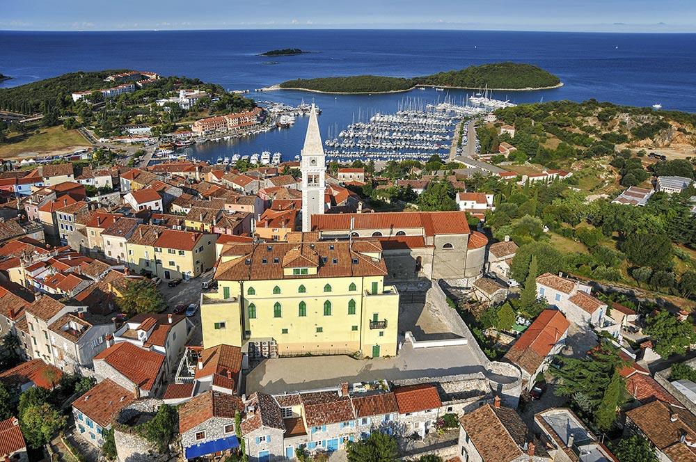 Vrsar von oben, Blick auf Kirche und Hafen