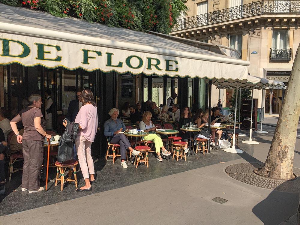 Paris, Café de Flore. Ein Bild aus Vor-Corona-Zeiten.