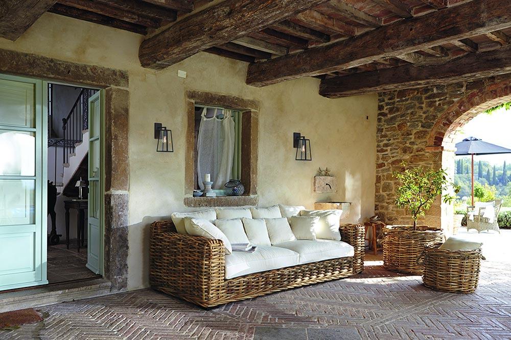 Rattansofa Rimini unter einem mediterranen Vordach