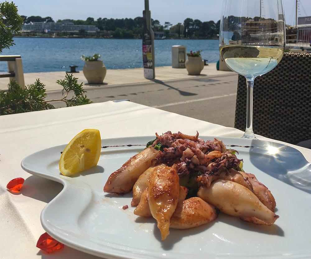 Gegrillte Kalmar mit Wein am Meer im Restaurant SV Nikola