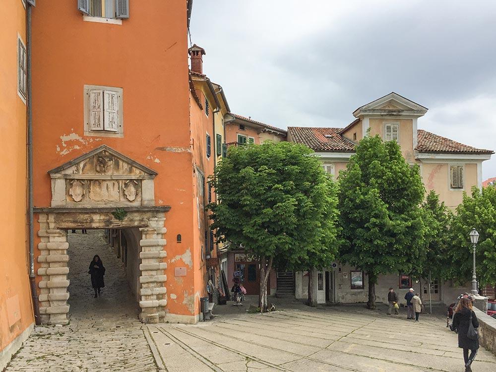 Die mittelalterliche Porta Sanfior, der Eingang zum alten Labin