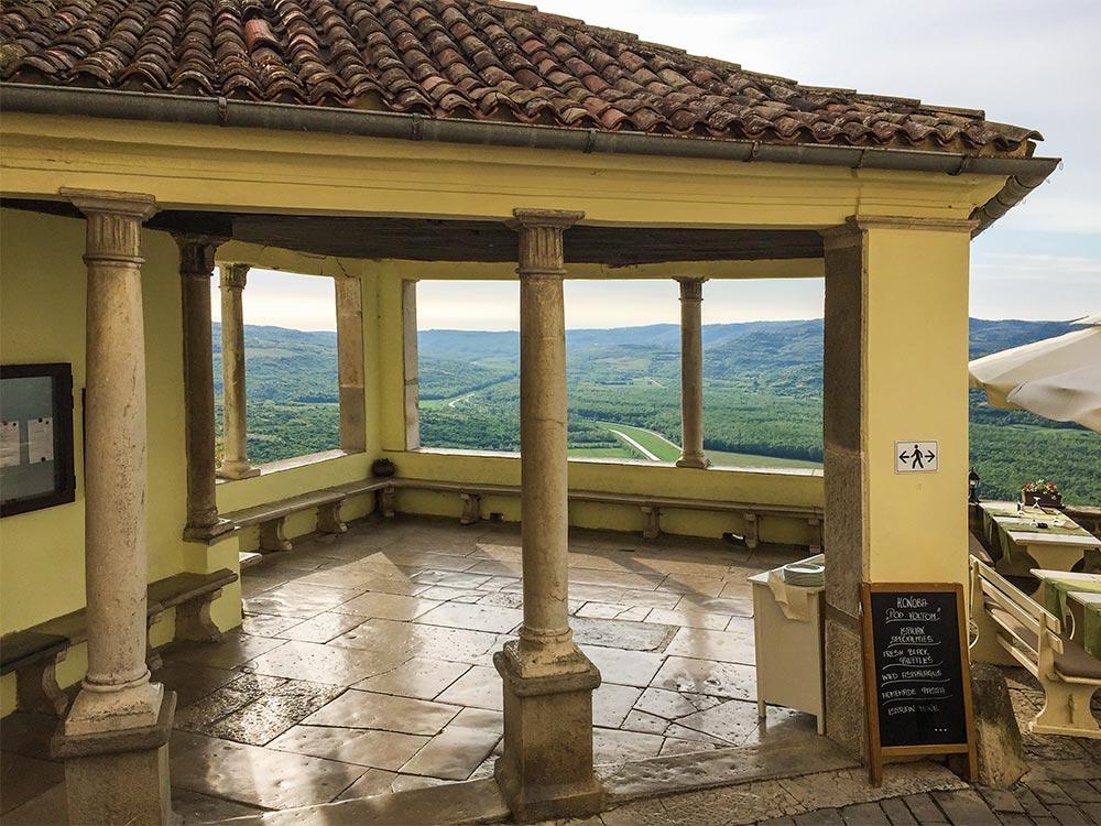 Herrlicher Blick von der Loggia in Motovun auf die untenliegende Landschaft