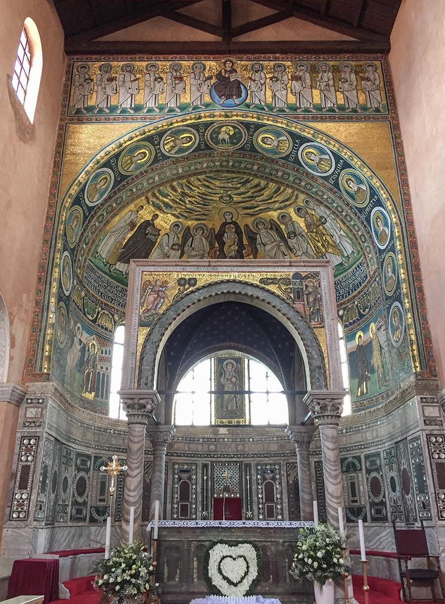 Das goldglänzende byzantinische Innere der Euphrasius-Basilika