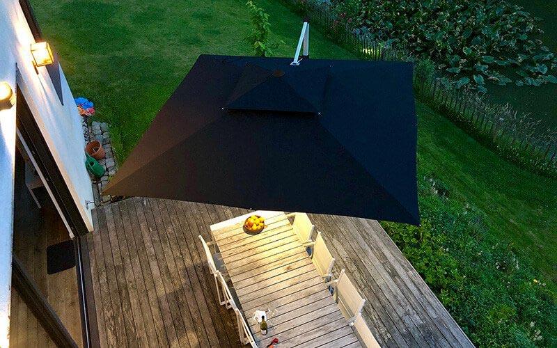 Dunkler Sonnenschirm mit Licht