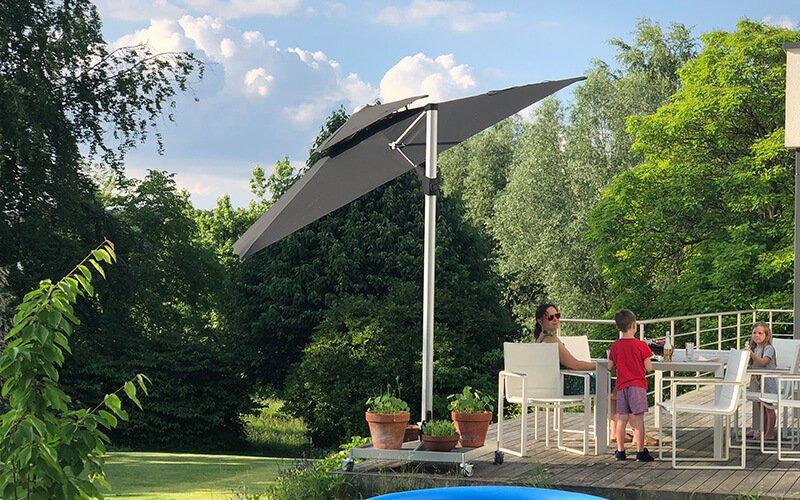 Schwenkbarer Sonnenschirm in Grau für Balkon und Terrasse