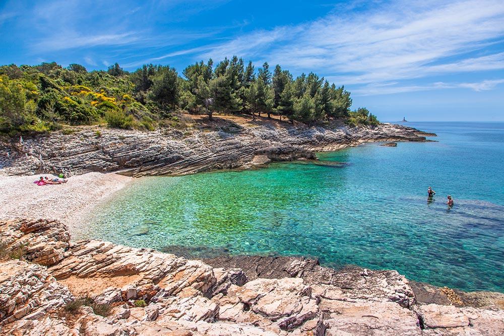 Badebucht am Kap Kamenjak, türkisfarbenes Wasser, blauer Himmel