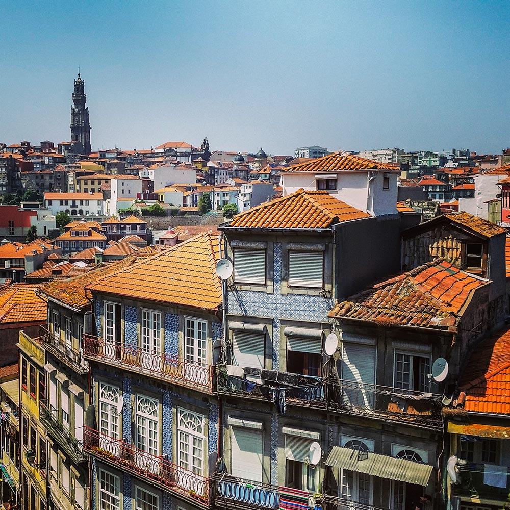 Komplett mit Azulejos verkleidete Hausfassaden in Porto © Marina Daldegan