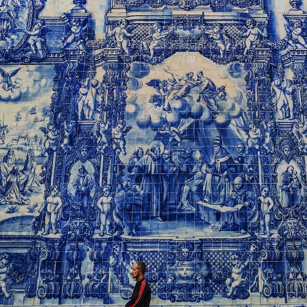 Gigantische Gemälde mit historischen Szenen aus Azulejo-Fliesen in Porto © Marina Daldegan
