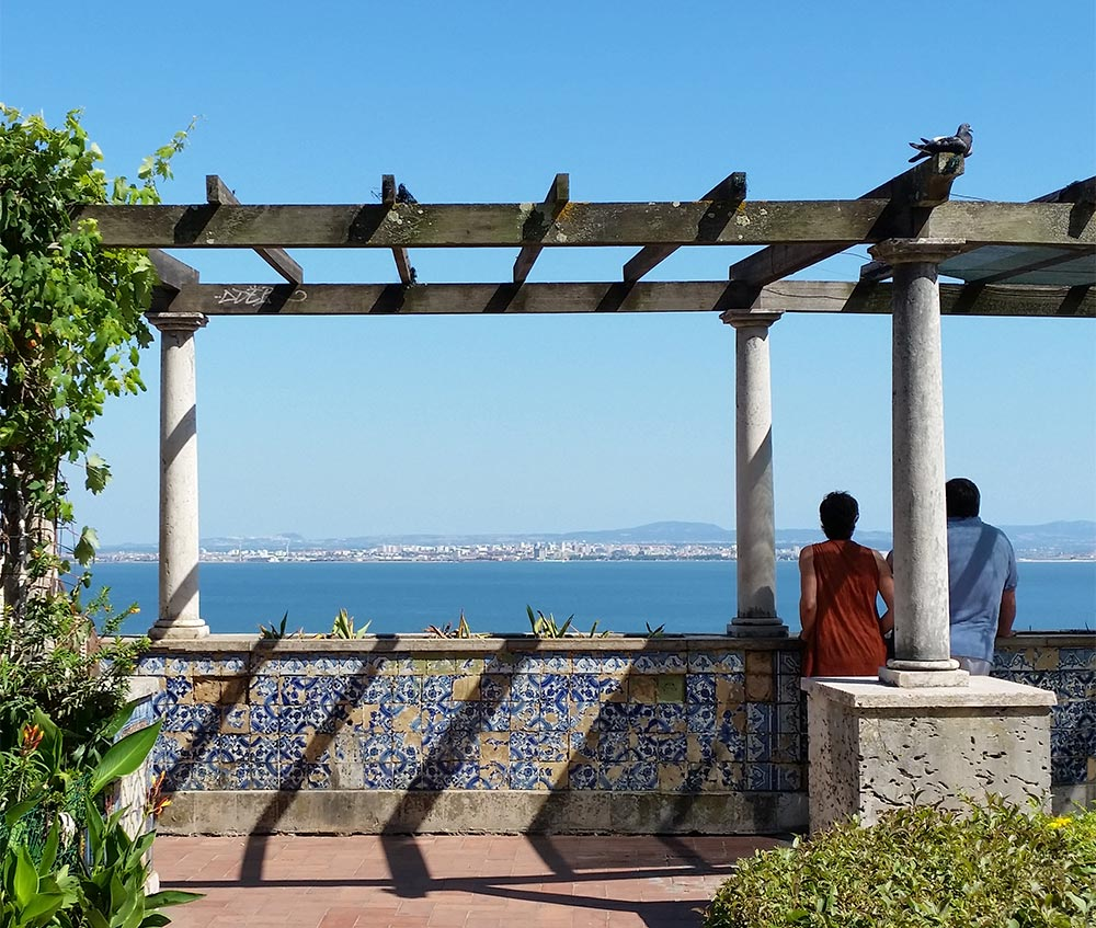 Azulejo-Kacheln an einer Promenade in Lissabon © Marina Daldegan