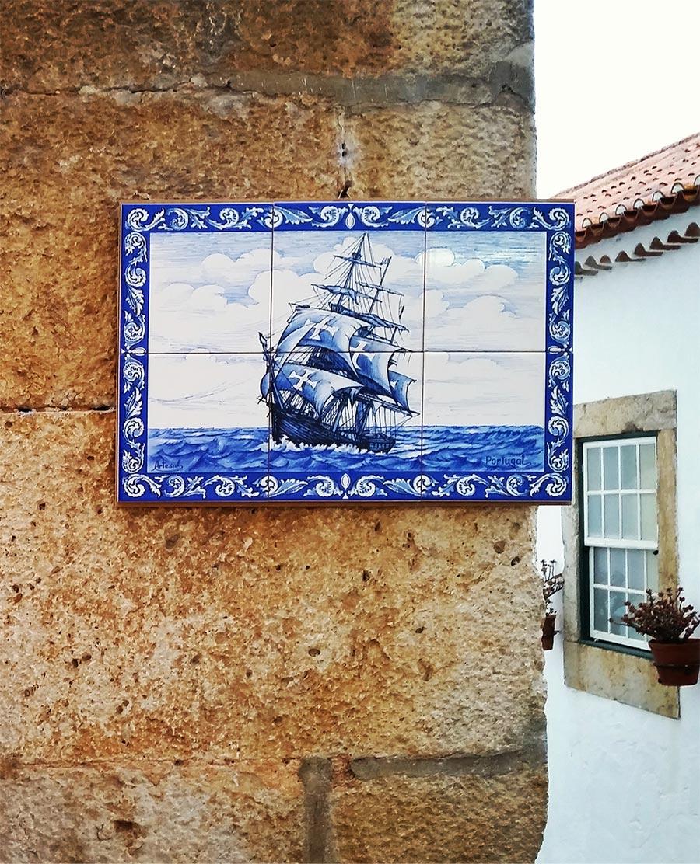 Typisches Azulejo-Motiv Segelschiff an einer Mauerwandecke