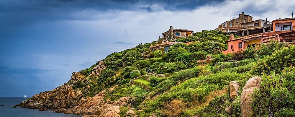 Mediterrane Bungalows an einem Hang am Meer