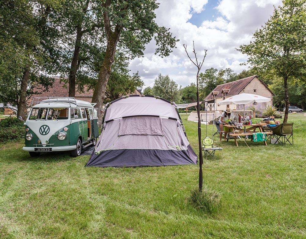 Alter VW-Bus und Zelt auf Stellplatz in ungewöhnlicher Umgebung im Loire-Tal
