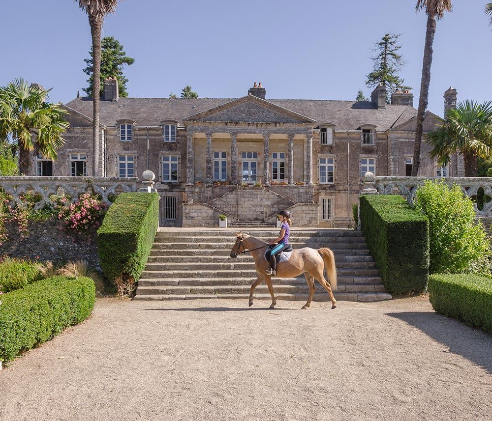 Reiten vor Schlosskulisse in der Orangerie de Lanniron