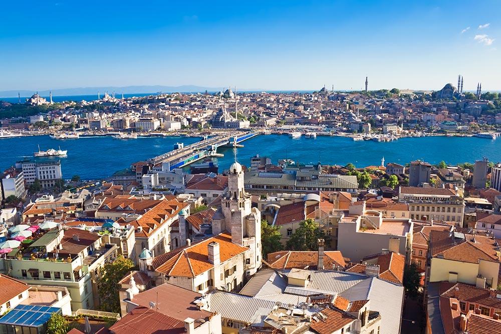 Blick auf die Galata-Brücke in Istanbul, ganz links oben ist die Hagia Sophia zu erkennen