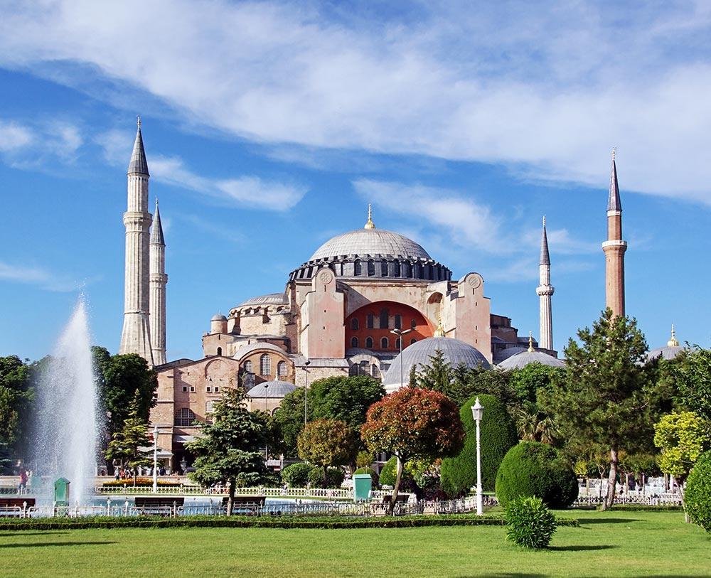 Die Hagia Sophia von außen, ein Konglomerat aus verschachtelten Mauern und Räumen mit 4 Minaretten