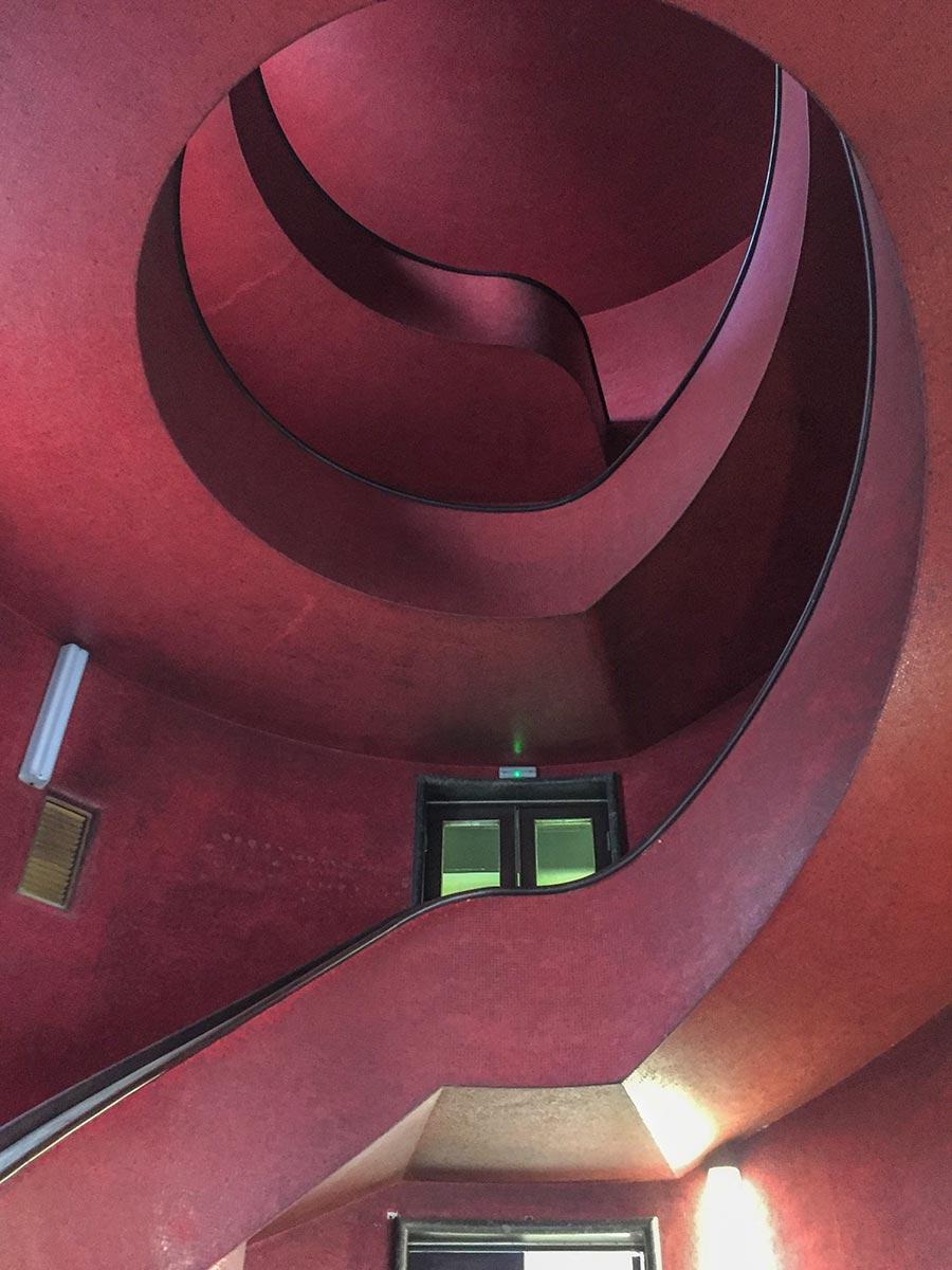 Die sehenswerte Post in Pula, eine rote Wendeltreppe © Siegbert Mattheis
