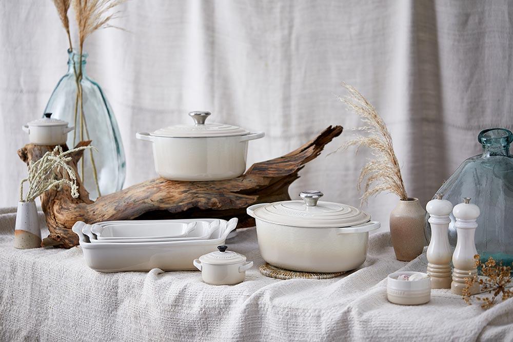 Ein Teil der Meringue-Kollektion auf einem Tisch mit altem Holz