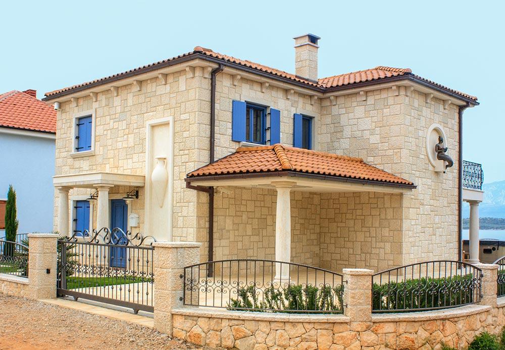 Haus im mallorquinischen Stil in beige mit blauen Fensterläden