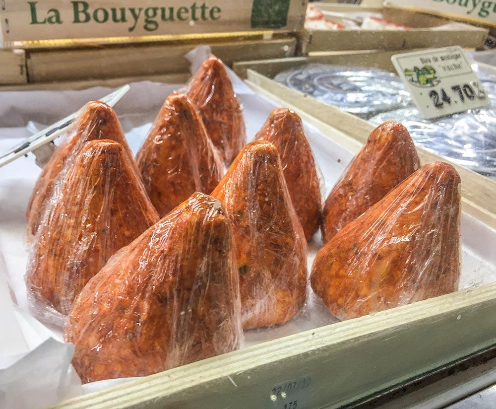 """""""Boulette d'Aversnes"""", Käse aus Ziegenbuttermilch, rot und kegelförmig"""