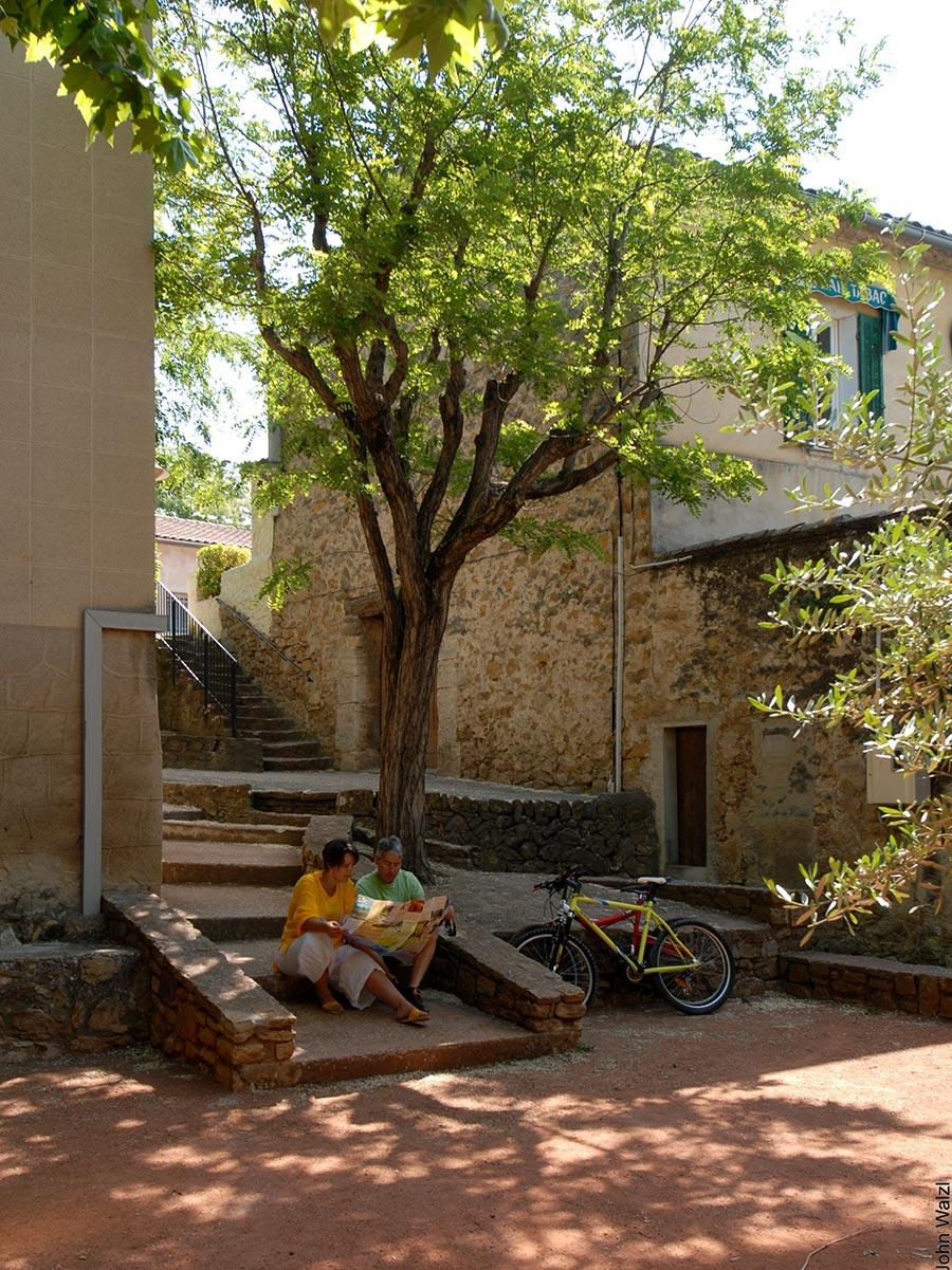 Radfahrer in Le Castellet ruhen sich aus