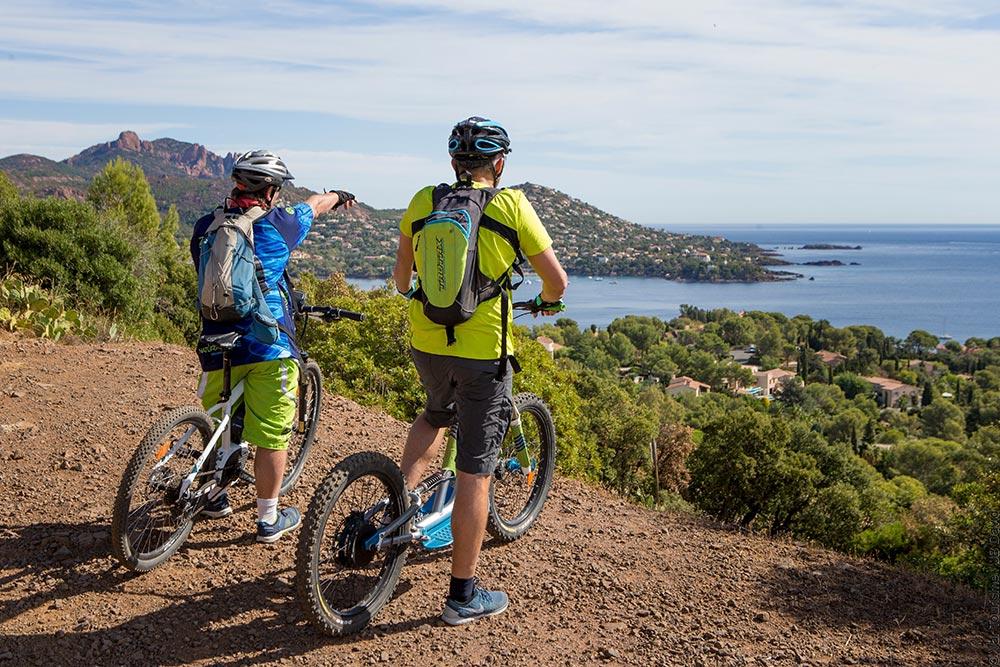 Radfahrer Provence mit Blick auf die Küste