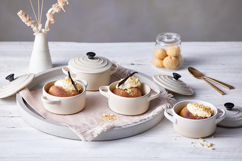 Saftig-süße pochierte Pfirsiche in Le Creuset Meringue Mini Cocottes