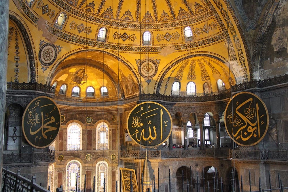 Innenraum mit den Namensschilden von Mohammed, Allah und Abu Bakr