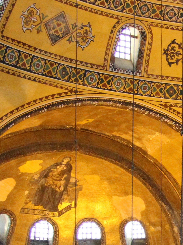 Links unten ein figürliches Mosaik der Jungfrau Maria mit Jesus, oben ornamentale Mosaike © Rabe!, Wikipedia