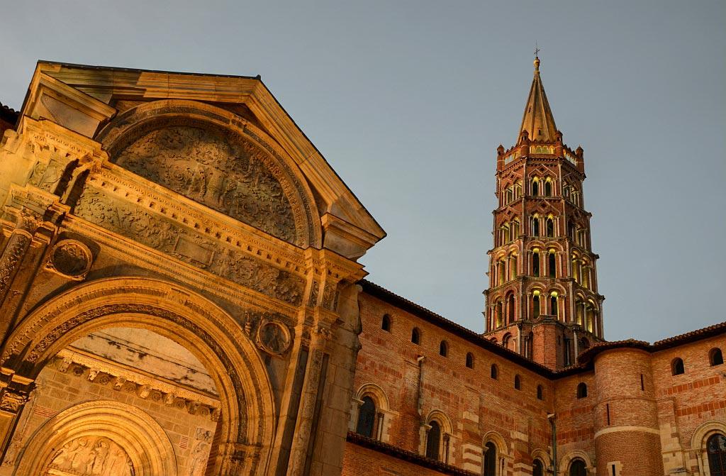 Saint Sernin in Toulouse im Abendlicht, beleuchtet
