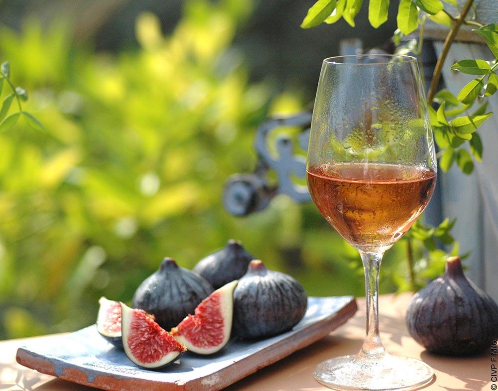Frische Feigen und ein Glas Rosé