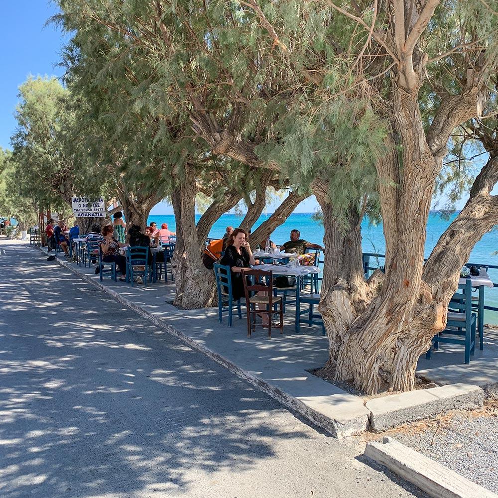 Taverna Nikita in Keratokampus mit typisch blauen Stühlen direkt am Meer