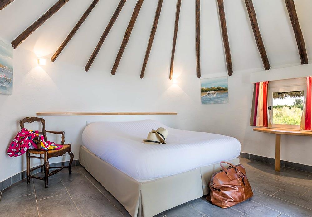 Weiß bezogenes Doppelbett in einem Cabane de Gardian