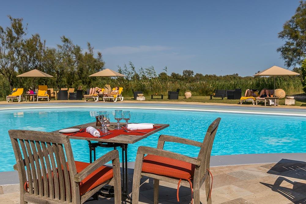 Luxushotel Camargue, gedeckter Restauranttisch am Pool
