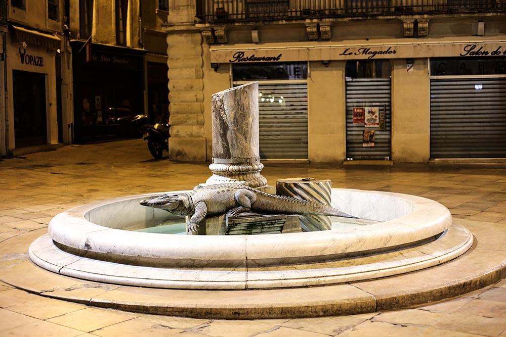 Die Wahrzeichen von Nîmes, Krokodil und Palme, hier als Brunnen
